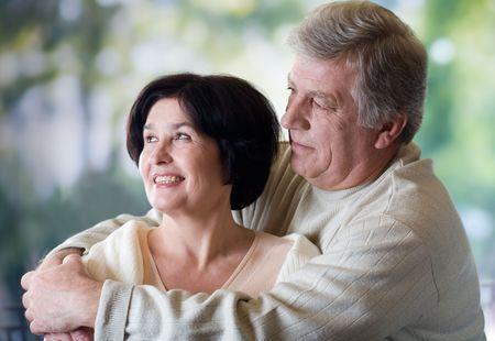 pareja madura feliz: Abrazo maduro feliz de los pares, al aire libre Foto de archivo