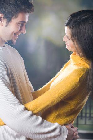 couple enlac�: Jeunes couples embrassant, dehors