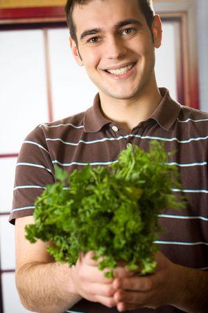 potherbs: Pareja feliz sonriendo atractivo hombre con potherbs
