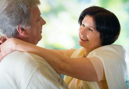 couple enlac�: Happy vieux couple embrasser ou la danse, � l'ext�rieur. Focus sur la femme.