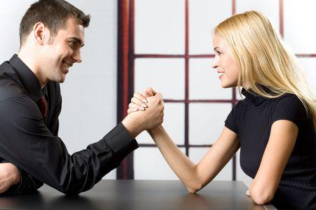dominacion: Pareja feliz pareja o gente de negocios en la lucha contra el brazo de la lucha libre  Foto de archivo