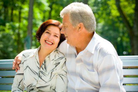 couple enlac�: Tr�s beau sourire heureux hauts couple embrassant l'ext�rieur. Focus sur l'homme.