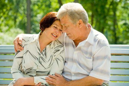 couple enlac�: Happy hauts attrayant couple embrassant � parc