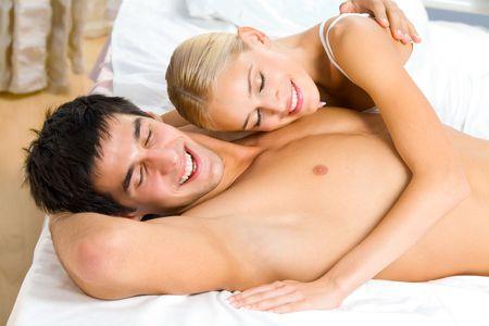 Les jeunes attrayant heureux couple amoureux dans la chambre  Banque d'images - 2250191