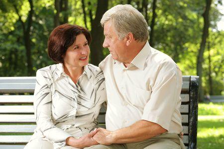 couple enlac�: Couples attrayants a�n�s heureux embrassant au parc