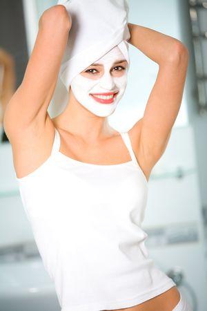 femme masqu�e: Portrait de jeune femme avec masque facial organiques  Banque d'images