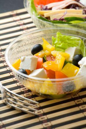 Cierre de foto de dos cuencos con ensaladas vegetarianas  Foto de archivo - 2908572