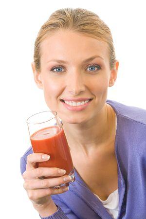 jugo de tomate: Mujer joven con un vaso de zumo de tomate, aisladas en blanco