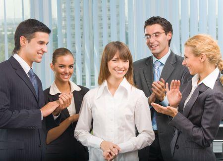 felicitaciones: Feliz y exitosa empresaria businessteam en la oficina Foto de archivo