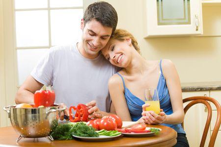 faire l amour: Jeune couple heureux de salade � la maison ensemble