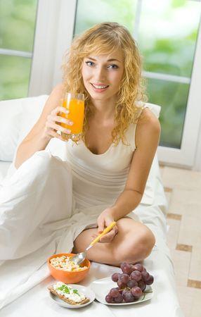 crispbread: La donna che beve succo d'arancia con mussola di cereali, uva e croccanti, chiuso