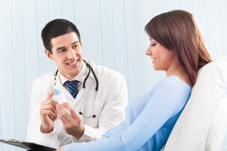 Happy medico e paziente con il farmaco a letto clinica Archivio Fotografico