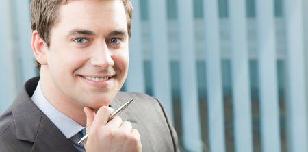 slogan: Feliz hombre de negocios en la oficina. Para proporcionar la m�xima calidad, he hecho esta imagen por combinaci�n de dos fotos. Puede utilizar parte derecha de eslogan, grandes de texto o banner.