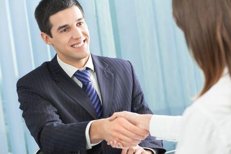 gespr�ch: Zwei Gesch�ftsleute freuen Handshaking, oder im B�ro zu B�ro-und Client -