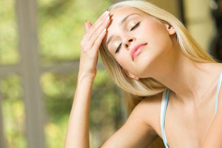 ojos cerrados: Mujer con dolor de cabeza o de la aplicaci�n de crema en la cara en casa