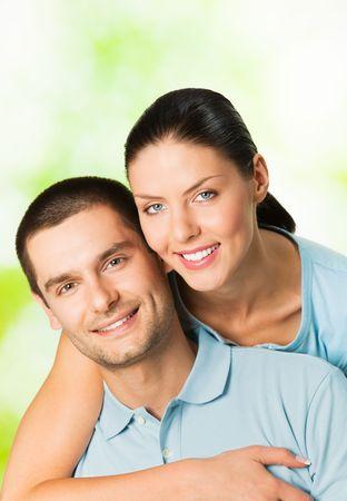 coquetear: Young feliz sonrisa atractiva pareja, al aire libre