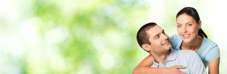part of me: Young feliz sonrisa atractiva pareja, al aire libre. Para proporcionar la m�xima calidad, he hecho esta imagen, por la combinaci�n de tres fotos. Puede utilizar la parte izquierda para lema, texto grande o banner.  Foto de archivo
