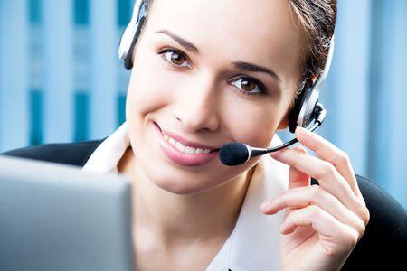 Operatore telefonico di supporto auricolare nel posto di lavoro
