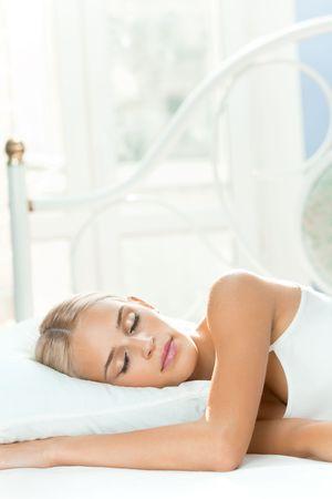 durmiendo: Joven para dormir en el dormitorio