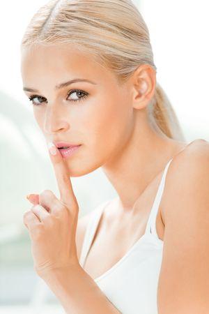 keep silent: Mujer joven con dedo en los labios  Foto de archivo