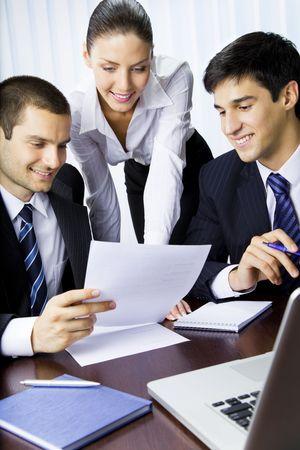 work together: Drie ondernemers die werken met document op kantoor  Stockfoto
