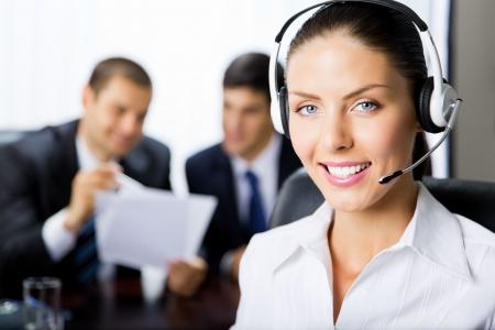 recepcionista: Operador de telefon�a de retrato femenino de apoyo en el lugar de trabajo