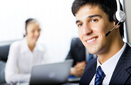 hotline: Twee support telefoon operatoren op de werk plek
