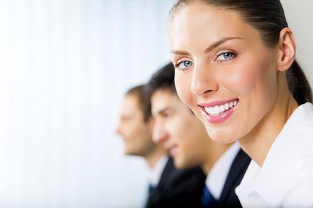 Portrait de femme d'affaires et ses collègues sur fond de succès, au bureau Banque d'images