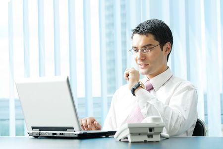 business man laptop: Hombre de negocios con el port�til en la Oficina