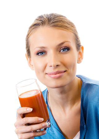 jugo de tomate: Mujer joven con vaso de jugo de tomate, aislado en blanco