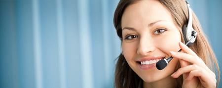 slogan: Retrato de feliz sonriente operador de tel�fono de soporte en auriculares en lugar de trabajo. Para proporcionar la m�xima calidad, he hecho esta imagen por combinaci�n de dos fotos. Puede utilizar parte izquierda para lema, texto grande o banner.