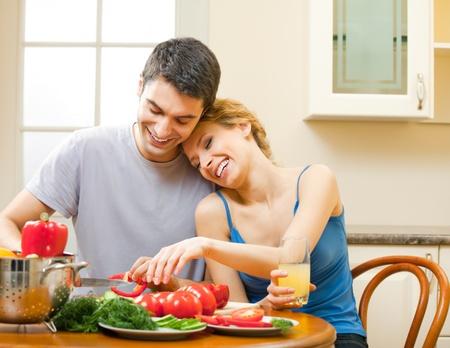 pareja comiendo: Young feliz sonriente pareja amorosa cocinar juntos en casa