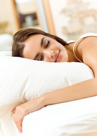 woman sleep: Joven mujer atractiva para dormir en el hogar Foto de archivo