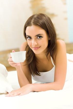 mujer tomando cafe: Retrato de mujer sonriente joven feliz beber caf�, en el hogar