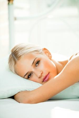 despertarse: Mujer sonriente joven feliz despertarse en la habitaci�n