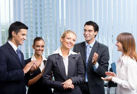 felicitaciones: Exitosa empresaria feliz y businessteam en la Oficina Foto de archivo