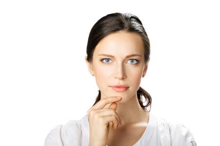 perplesso: Ritratto di giovane donna in carriera pensiero perplesso, isolato su sfondo bianco