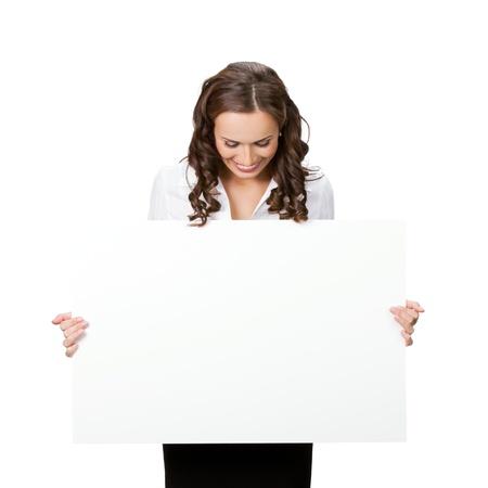 Bonne femme souriante jeune entreprise montrant enseigne vierge, isolé sur fond blanc