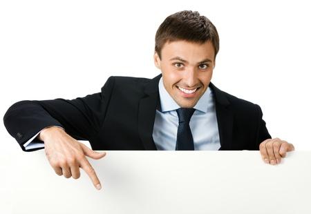 slogan: Feliz hombre de negocios joven sonriente que muestra se�al en blanco, aislado en fondo blanco Foto de archivo