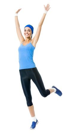 Todo el cuerpo de joven sonriente feliz haciendo ejercicio fitness, aislada sobre fondo blanco
