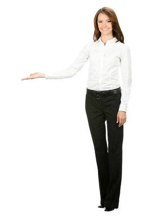 mujer cuerpo completo: Retrato de cuerpo entero de woma feliz de bella joven empresa alegre sonriente mostrando algo aislado en fondo blanco Foto de archivo