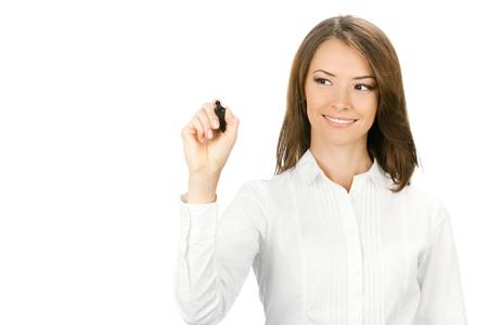 fix: Šťastný úsměv veselý mladý obchodní žena psaní nebo kreslení na obrazovce s černým fixem, izolovaných na bílém pozadí