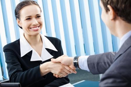 n�gocier: Deux hommes d'affaires heureux ou femme d'affaires et poign�es de main du client au bureau