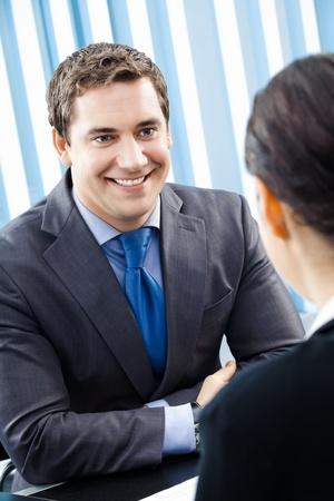 interview job: Dos feliz sonriendo j�venes empresarios, o empresario y cliente, trabajo en Oficina