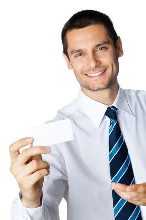 invitando: Retrato de hombre de negocios sonriente mostrando la tarjeta de presentaci�n en blanco, aislado en fondo blanco