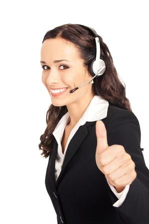 Portrait de l'opérateur heureuse souriante à la clientèle gaie de téléphone de soutien dans le casque montrant thumbs up geste, isolé sur fond blanc