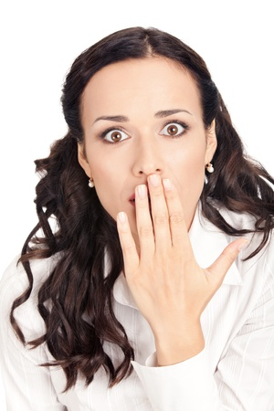 guardar silencio: Retrato de mujer de negocios joven sonriente feliz que cubre con la mano de su boca, aislada sobre fondo blanco