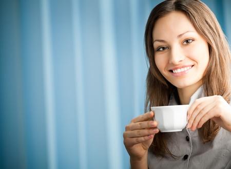 part of me: Retrato de la hermosa joven feliz sonriente beber café en la oficina de negocios. Para ofrecer la máxima calidad, he hecho esta imagen por la combinación de dos fotos. Puede utilizar la parte izquierda de consigna, el texto grande o banner. Foto de archivo