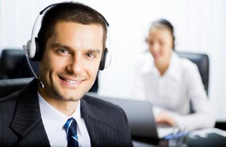 telephone headsets: Retrato de feliz al cliente sonriente apoyar operador de telefon�a en el auricular en la Oficina