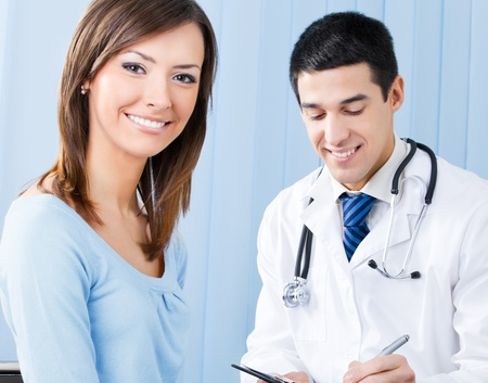 recetas medicas: Retrato de feliz paciente sonriente y doctor en oficina. Se centran en la mujer. Foto de archivo